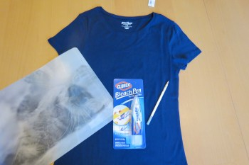 CLOROX Bleach Pen Design T-Shirt, t-shirt, CLOROX bleach pen, bleach, chalk, chalk pencil, placemat, DIY shirt design, DIY, how to