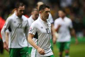 Robbie Keane im weissen Ausweichtrikot gegen Schottland am 10.November 2014. AFP PHOTO / PATRIK STOLLARZ