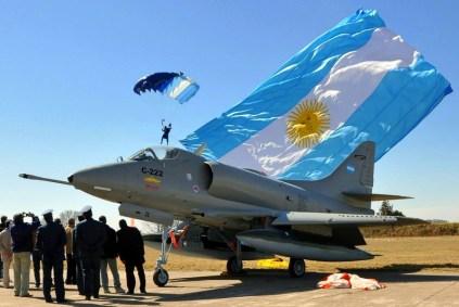 """""""El Tordillo"""" enmarcado en la insignia nacional desplegada por un paracaidista militar (foto: Fuerza Aérea Argentina)-"""