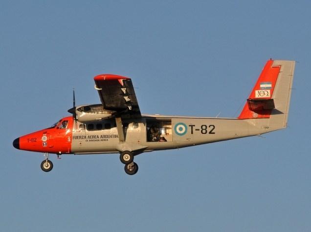 El DHC-6-250 T-82 decolando para una nueva tanda de lanzamientos de paracaidistas (foto: Esteban Brea).