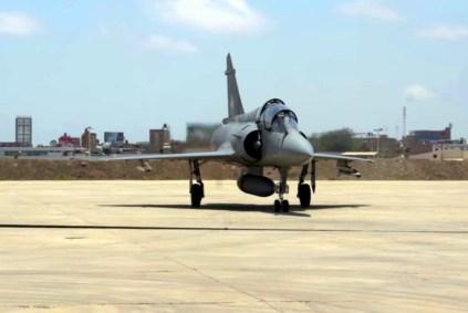 El Mirage 2000DP 195 de la Fuerza Aérea del Perú regresa a la base aérea de Chiclayo tras participar en una sesión fotográfica con un MiG-29 peruano y varios F/A-18 del USS George Washington (captura video Fuerza Aérea Peruana).