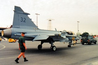 Uno de los dos Gripen C que Saab y la Fuerza Aérea Sueca expusieron en 1998 (foto: Fernando Puppio).