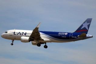Nuestra primera captura de una aeronave de LAN con sticker de la copa tuvo lugar a mediados de mayo en Santiago/Arturo Merino (foto: Carlos Ay).