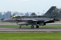 El F-16D biplaza 858 en carrera de despegue el día de la Parada Militar (foto: Luis Quintana).
