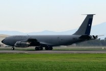 El KC-135 983 participó activamente en el operativo el día de la Parada Militar. Después de sobrevolar el Parque O'Higgins, el aparato acompañó reabasteciendo a casi todos los F-16A/B en su retorno directo a Antofagasta (foto: Luis Quintana).