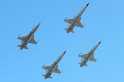 Los cuatro F-5 del Grupo 12 vistos desde sitio de la parada militar de Punta Arenas (foto: La Prensa Austral).
