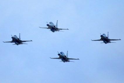 Cuatro F-5 Tigre II del Grupo 12 se aproximan al Centro de Punta Arenas (foto: Jorge Tima Carrasco).
