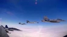 Cuatro participantes del ejercicio volando sobre la pertinaz capa de nubes que habitualmente cubre las costas sudamericanas del Océano Pacífico: Un E/A-18G del escuadrón VAQ-136 Gauntlets, un MiG-29SPM del Grupo 6, un F/A-18F del escuadrón VFA-2 Bounty Hunters y un F-18C del escuadrón VFA-34 Blue Blasters (captura video Fuerza Aérea Peruana).