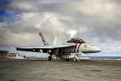 Un F/A-18F Super Hornet del escuadrón VFA-2, decorado con un esquema típico de su predecesor el F-14 Tomcat, se prepara para ser lanzado por una de las catapultas del USS George Washington (foto: U.S. Navy / Mass Communication Specialist Seaman Clemente A. Lynch).