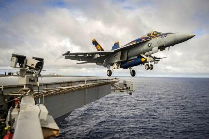 Un F/A-18E del escuadrón VFA-192, con marcas especiales de la unidad, fotografiado en el preciso momento que abandona la plataforma de vuelo del USS George Washington (foto: U.S. Navy / Mass Communication Specialist Seaman Clemente A. Lynch).