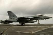 Un F/A-18E Super Hornet del escuadrón VFA-137 enganchando la barrera de contención tras aterrizar en el USS George Washington (foto: U.S. Navy / Mass Communication Specialist 3rd Class Bryan Mai).