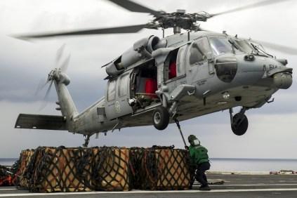 Los especialistas en logística Noghayin Idele y Martin Rico manipulando carga con un MH-60S Seahawk del escuadrón HSC-4 en medio de una operación de reaprovisionamiento en alta mar con el buque tanque USNS Guadalupe, que acompaña al USS George Washington y sus destructores de escolta en el Operativo Mares del Sur (foto: U.S. Navy / Mass Communication Specialist 3rd Class Bryan Mai).