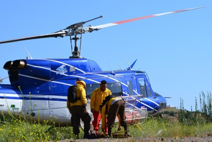 Cumplida la misión, los brigadistas de CONAF preparan sus enseres para embarcarlos en el Bell 212 (foto: Kenneth Brown).