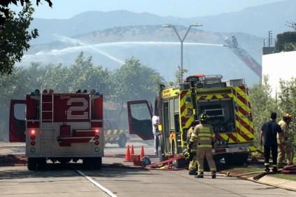 Autobombas de distintas compañías combatiendo el fuego desde la cima del Cerro Apoquindo (foto: Carlos Ay).