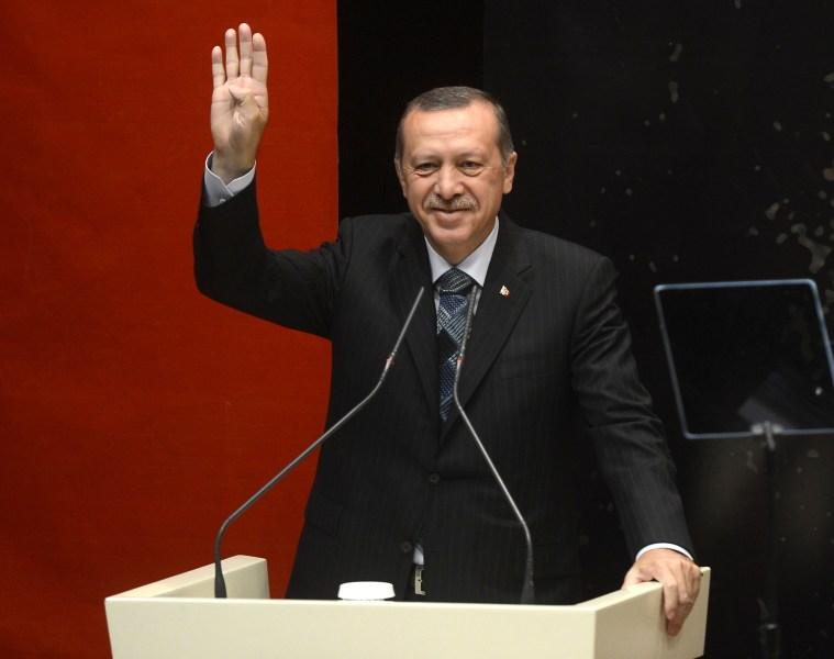 Başbakan Recep Tayyip Erdoğan, AK Parti Genişletilmiş İl Başkanları Toplantısı'na katıldı. Başbakan Erdoğan, partilileri ''Rabia'' işareti yaparak selamladı. (Evrim Aydın - Anadolu Ajansı)
