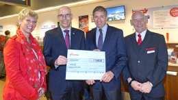 UKE bekommt Spendenscheck