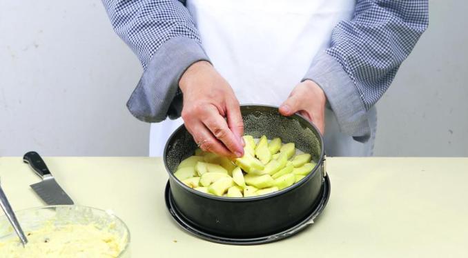 Запеканка из творога с яблоками и изюмом. Шаг 5