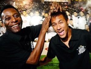 Neymar toma a pior decisão diante dos racistas. Imita Pelé. Não percebe. Seu silêncio é cúmplice do preconceito. Neymar precisa assumir que é negro. Graças a Deus…