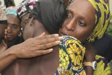 Meninas libertadas pelo Boko Haram reencontram suas famílias na Nigéria