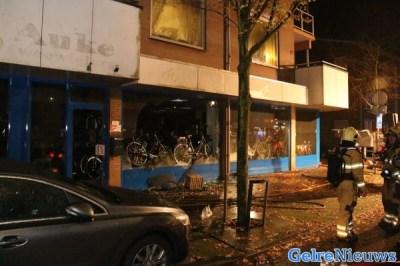 Brand bij fietsenmaker in centrum van Ede; woningen ontruimd