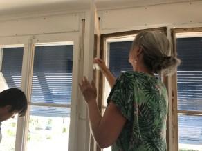 Es folgt die Feinarbeit: Wir reinigen die Fenster. – Bild: Annina Reusser