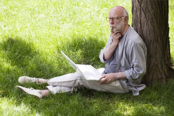 écrivain moderne inspiration sous un arbre