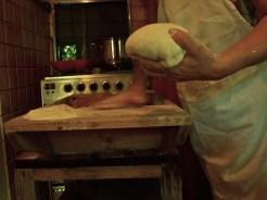 Staccare una palletta e lavorarla con due dita in modo leggero sul prastile, il bordo della maidda, rigirando i bordi su se stessi e cospargendola eventualmente di farina per non farla attaccare