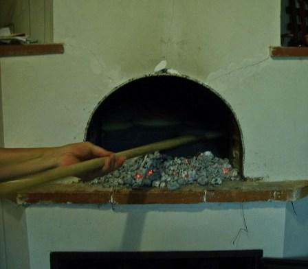L'operazione di scopare il forno, permette di capire quando i mattoni sono alla temperatura giusta