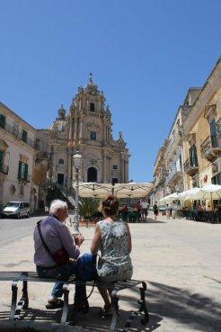 coppia guarda chiesa san giorgio a ragusa