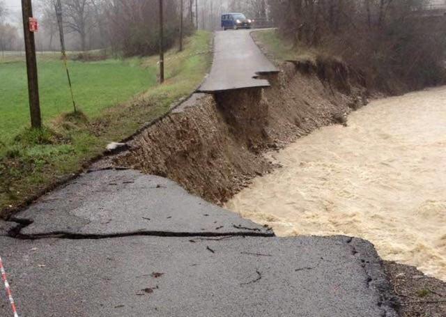 """Situazione critica in Emilia a causa del Ciclone """"Zissi"""", fiumi in piena, strade distrutte, persone intrappolate"""