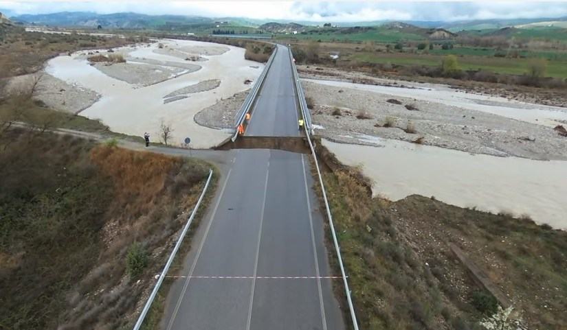 Forti piogge crolla ponte a Stigliano