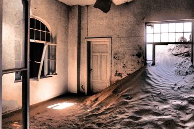 Kolmanskop: Mit Sand überflutetes Krankenzimmer