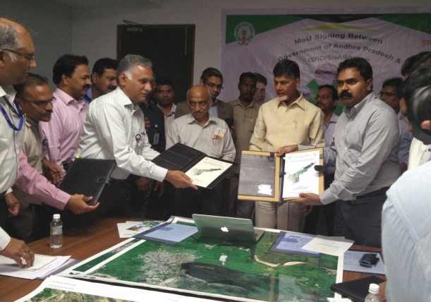 Deputy Director, RSAA, NRSC/ISRO and Commissioner, Disaster Management, Govt. of Andhra Pradesh exchanging MoU in the presence of Hon'ble Chief Minister of Andhra Pradesh and Chairman, ISRO on March 15, 2017 at Vijayawada