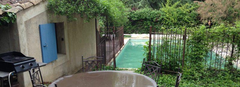 le coin repas ombragé et la piscine privative