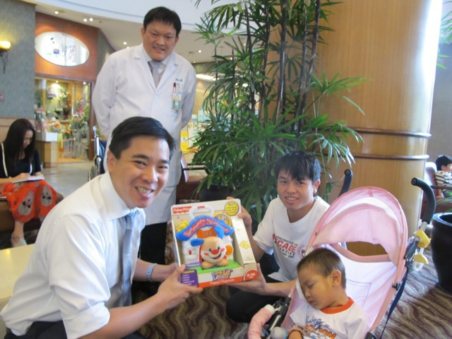 Dr. Num and Dr. Yee with Kayeng and Dad