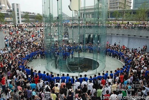 Shanghai China Apple Store Pudong opening July 10 2010 GooPhone Vs Apple who would win in a patent battle?