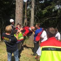 Hier wird er vom kompetenten Rettungsteam betreut und erstversorgt. Der ganze Bergungsvorgang wird dokumentiert und gefilmt.