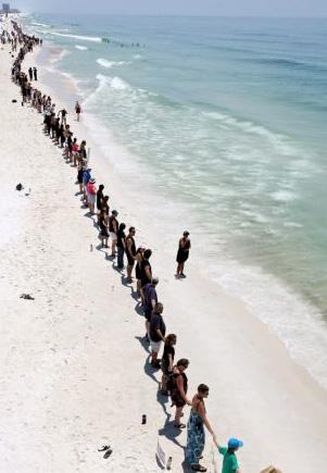 Gente en la orilla