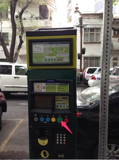 Botón verde para validar operaciones en el parquímetro