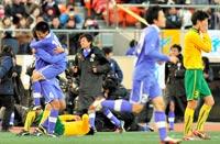 抱き合う富山第一の選手たち