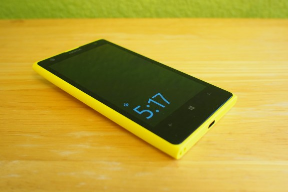 Nokia's Glance screen displays the time even when the screen is off.