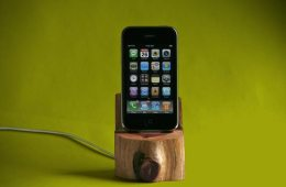 tree-trunk-iphone-dock
