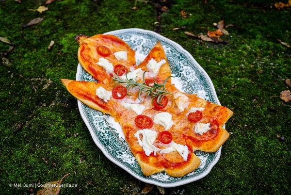 Weihnachtspizza: Mozzarella-Engel mit Cherry-Tomaten |GourmetGuerilla.de