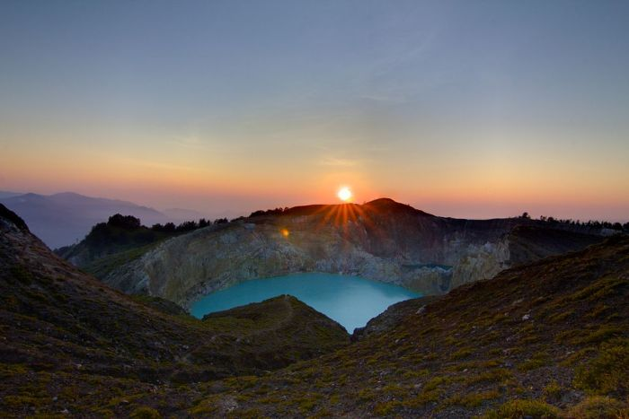 Mount Kelimutu and her coloured lakes at sunrise (photo: Wikimedia Commons)