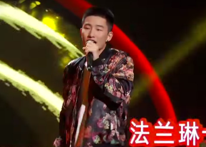 Li Rui Xuan performing on Sing! China