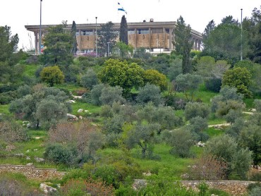 Israeli Government Officials Prepare to Paint the Knesset Green
