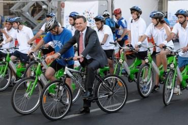 Dutch Ambassador Sends off Swarm of Sovev Tel Aviv Cyclists