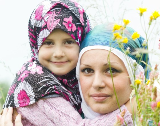 eco arab mother daughter with flowers