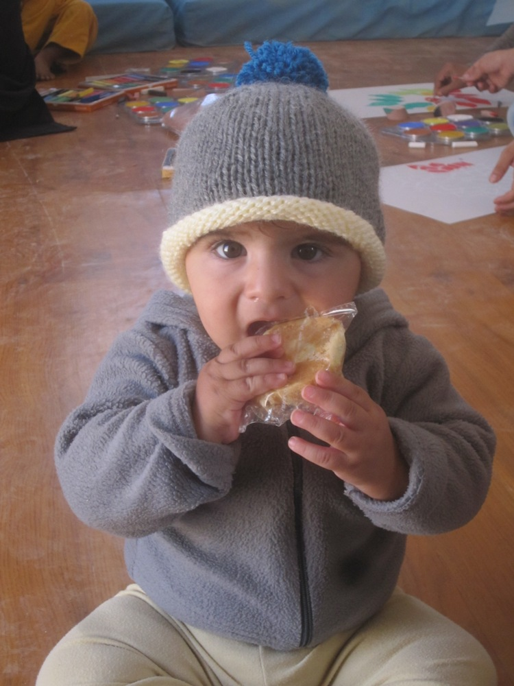 syrian_refugee_with_hand_knit_hat_laurie_and_bradbury