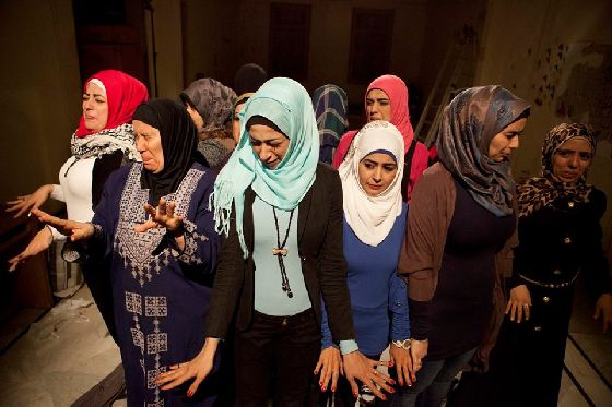 Syrian refugee women take to the stage